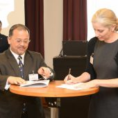 WAZA President, Jenny Gray and Chief Executive Officer of RSPO, Darrel Webber signing the MoU